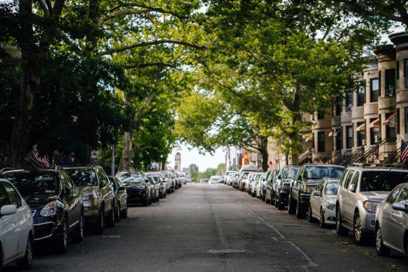 rua com carros cujos donos querem saber quanto custa uma bateria de qualidade